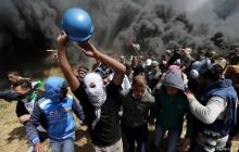Столкновения на границе сектора Газа: нарушители спокойствия жгут покрышки и демонстрируют израильтянам флаг со свастикой – кадры