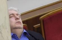 """Видео с """"умирающим"""" нардепом Киршем за колонной в парламенте насмешило Сеть: """"Пора им кровати в Раде ставить"""""""
