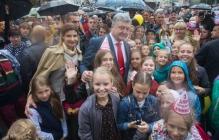 Дождь не помешал празднику: Порошенко с супругой, не прячась под зонтом, поздравляли с Днем города луганчан