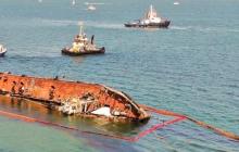"""В Одессе не смогли эвакуировать танкер Delfi: оборвались тросы, корабль лежит у пляжа """"Дельфин"""""""