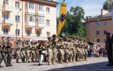 Мариуполь сегодня: пятый год без российских оккупантов – сотни жителей встречают на улицах Героев-освободителей