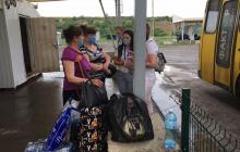 """Как пенсионеры прорывались через блокпосты на Донбассе: """"Около трех часов с сумками и костылями пешком шли к Еленовке..."""""""