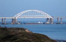 """Керченский мост в Крым """"рассекли"""" две мощные молнии: опубликовано жуткое фото стихии"""