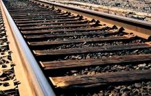 В России при переезде через железную дорогу в застрявший на рельсах автобус с туристами врезался поезд - кадры