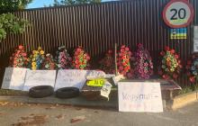 """К дому экс-главы Нацбанка Смолия привезли шины и траурные венки: """"За все придется ответить"""""""