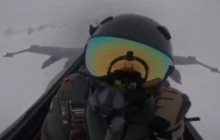 Истребитель F-18 в полете поразила молния - кадры