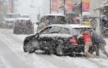 Украинцы оказались не готовы к снежному апокалипсису: города рекордно засыпает снегом, много аварий - фото и видео