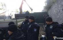 На скандальной стройке в центре Киева прозвучали взрывы: вокруг едкий дым и странный запах – подробности и фото