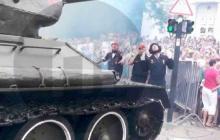 В Севастополе на параде танк Т-34 чуть не влетел в толпу зрителей - остановили в последний момент, видео