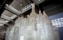 В Шанхае дети разбили самый дорогой в мире стеклянный замок за 50 000 фунтов стерлингов