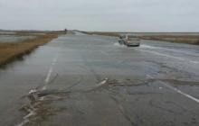 """На Азове бушует стихия: ледяная вода затопила дороги, мощный ветер """"рвет"""" крыши домов – фото и видео"""