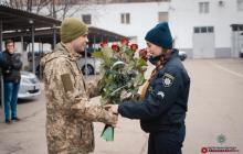 Боец ВСУ сделал предложение девушке-полицейской на глазах у начальства и изумленных коллег – трогательные кадры