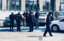 """""""Как в 90-е"""", - в Черновцах медикам пришлось спасать жизнь раненому """"главарю ОПГ"""" под дулом пистолетов """"братков"""""""