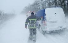 На дорогах Одесской области сотни машин попали в снежный плен: фото