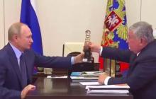 РосСМИ: Сечин, подарив Путину бутылку нефти, поставил условие на 1,5 трлн рублей