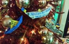 Активисты Москвы украсили столичные елки желто-синими корабликами в поддержку украинских моряков - кадры