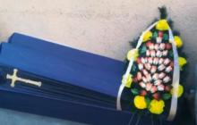 """""""Передумали умирать"""": ничейный гроб и похоронный венок переполошили жителей Киева - видео"""