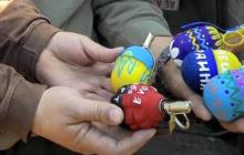 В масках и под присмотром полиции: кадры, как освящали пасхальные куличи жители прифронтового Донбасса