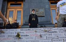 "Митингующие у Офиса Зеленского строят стену в ""крови"" с названиями сел на линии фронта - кадры"