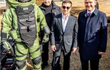 Когда успешно прошли минное поле: Аваков опубликовал фото с Зеленским и сапером