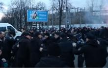 Националисты хотели остановить Порошенко в Черкассах: лидер Нацкорпуса прыгнул на авто из кортежа президента - видео
