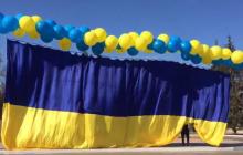 К патриотам из Луганска волонтеры отправили приятную весточку: яркий сюрприз увидели в разных точках города