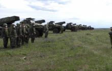 """Боевики """"ДНР"""" вывели на учения тяжелые передвижные орудия, - кадры с полигона"""