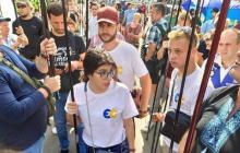 На митинге под КСУ в Киеве напали на активисток партии Порошенко - Геращенко бьет тревогу: кадры