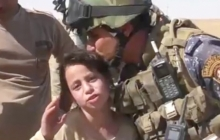 Я бы вам ноги целовала: 10-летняя девочка расплакалась перед солдатами армии Ирака за освобождении ее деревни от ИГИЛ возле Мосула