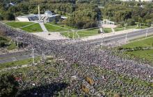 В Минске 15 тысяч протестующих направились к резиденции Лукашенко, которую стерегут войска и снайперы