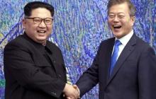 """Мун Чжэ Ин в недоумении: Ким Чен Ын преподнес коллеге странный """"сюрприз"""""""
