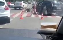 """Под Киевом на """"зебре"""" иномарка сбила мать с двухлетним ребенком, в Сети опубликовано видео"""