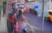 Кадры наезда такси в Москве на болельщиков из Мексики: раненые лежат на тротуаре, водитель трусливо убегает