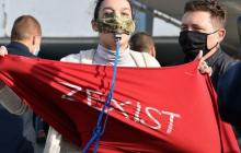 """Активистка Femen в день выборов """"напала"""" на президента Зеленского: стало известно, как ее наказали"""