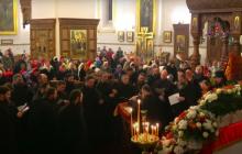 Толпа в Святогорской лавре на Пасху попала на видео: бабушки и дети без масок и дистанции