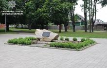 В Сумах задержали вандалов, которые справляли нужду на памятник Небесной сотне, снимая процесс на камеру телефона - кадры