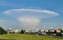 """""""Ядерный гриб"""" над Киевом - в ГСЧС объяснили, откуда появилась огромная воронка"""