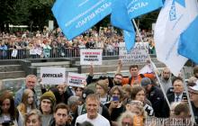 Россияне вышли на улицы с флагами Украины: Петербург протестует против произвола власти на выборах – фото
