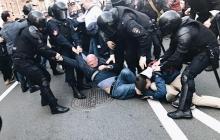 В Петербурге масштабный марш протеста: полиция избивает протестующих - видео поразило Сеть жестокостью Росгвардии