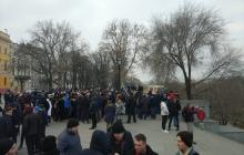 """В Одессе пранкеры собрали тысячи людей на """"проплаченный митинг"""" за фейкового кандидата – кадры"""