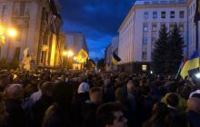 Сотни украинцев пришли под Офис президента и требуют Зеленского: подробности и кадры