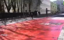 """В Москве залили """"кровью"""" тротуар у посольства Украины, видео"""