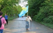 Фото дня из Крыма запомните на всю жизнь: пожилой крымский татарин гордо несет свой флаг назло оккупантам