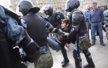 В Москве митингующие спасаются бегством от полицейских Путина: силовики устроили террор и не щадят никого - видео