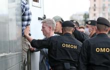 Кадры: начальник гродненского ОМОНа Кравцевич лично хватает протестующих и применяет к ним силу