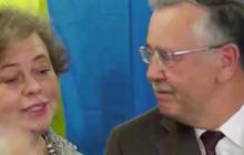 Гриценко проголосовал, а с его женой Юлией Мостовой случился конфуз - громкие подробности и кадры