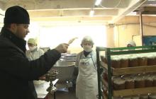 Отец Иоанн в Крыму освящает паски: в разгар пандемии на нем нет ни маски, ни перчаток, кадры