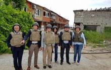 Европейские политики увидели, где проходит граница между Европой и ее оккупированной частью - опубликованы фото с Донбасса