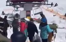 """Первые кадры с места  """"мясорубки"""" на курорте в Грузии: люди падали вниз со сломанного подъемника, много раненых – подробности ЧП"""