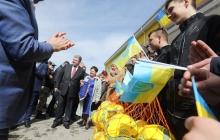 Порошенко посетил Мариуполь и свозил детей из прифронтовой Волновахи на футбол - кадры